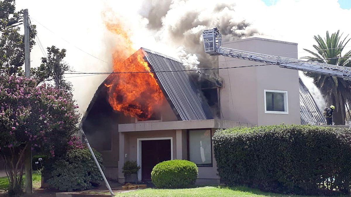 El fuego comenzó en el techo de la vivienda de Villa Golf.