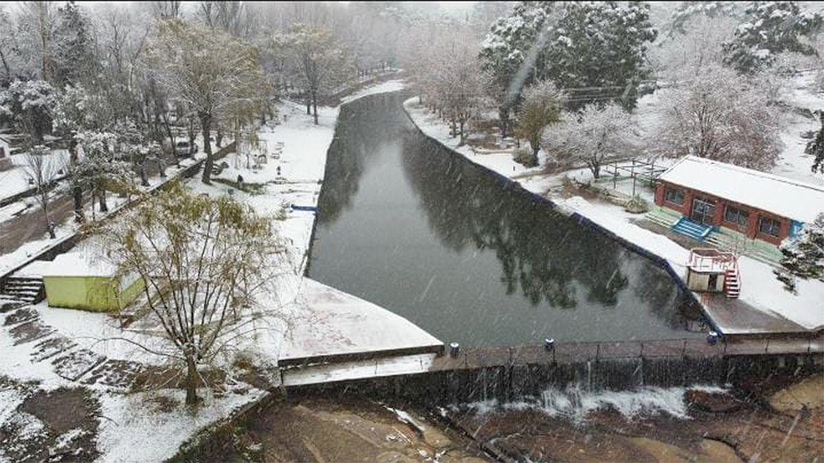 El balneario de Achiras cubierto de un manto blanco de nieve.