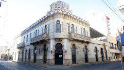 El emblemático edificio de la Sociedad Española, en el que funciona el Colegio Hispano Argentino, está ubicado en la esquina de Constitución y Fotheringham.
