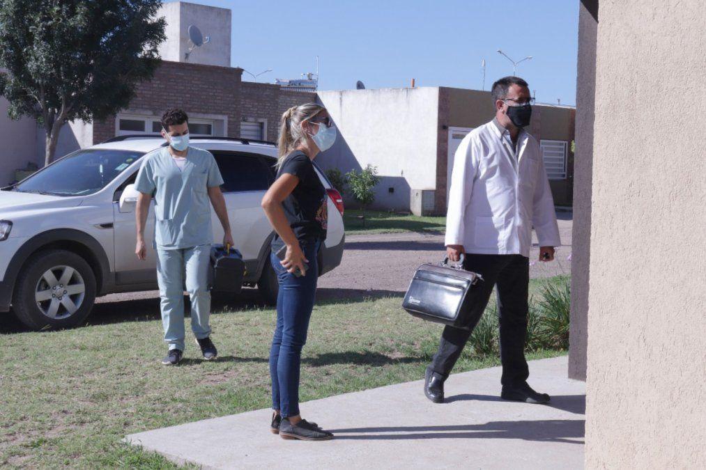 Los profesionales de la salud recorrieron el barrio y visitaron a doce familias que presentaron síntomas en los últimos días.