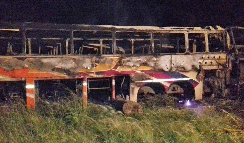 Ardieron 12 colectivos en desguace de la exTus en un depósito