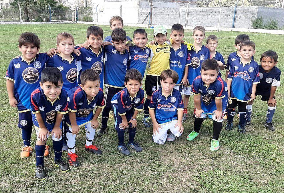 El plantel de la Escuelita de Fútbol de Deportivo Argentino.