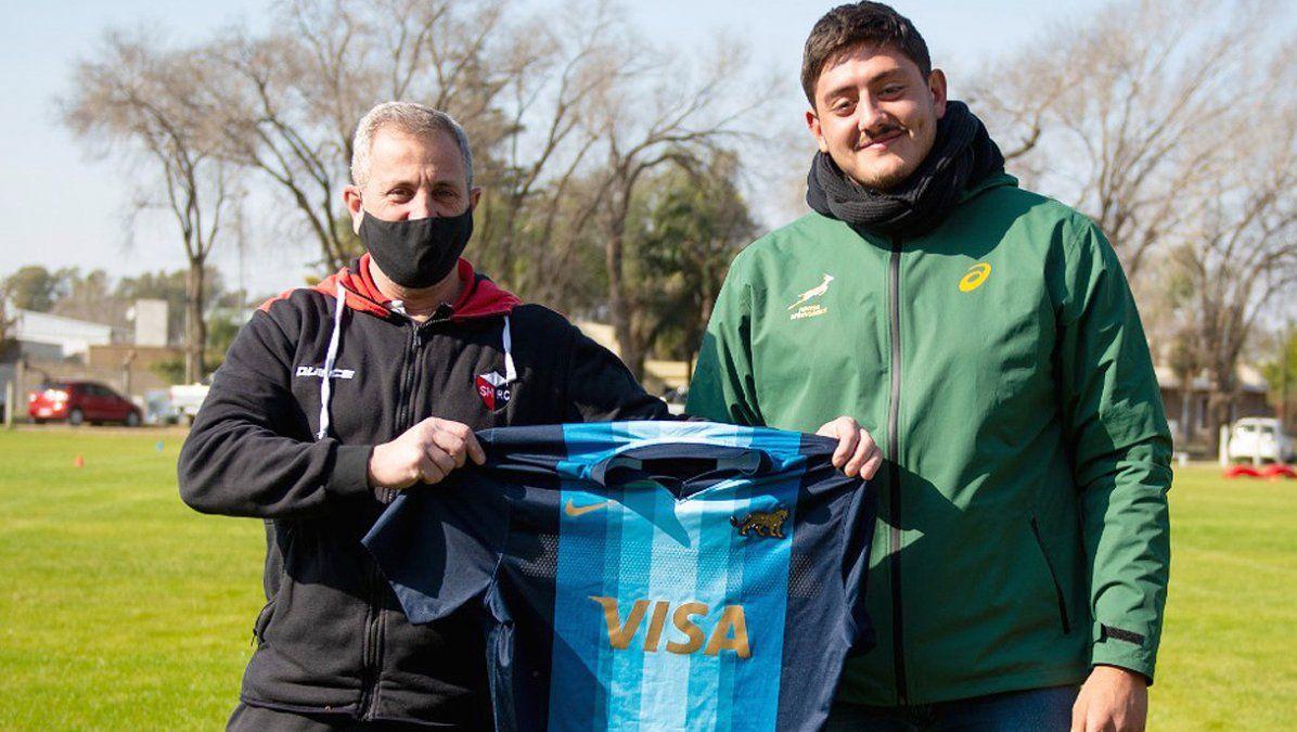 Blangetti le entregó a la dirigencia una de sus camisetas de pumita (Foto: María Rosa Ponce).
