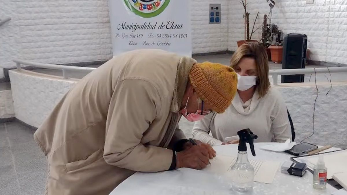En el salón del Centro de Jubilados se realizó la firma de las escrituras por parte de los vecinos beneficiados.