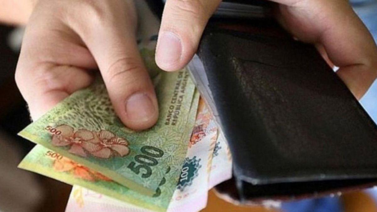En agosto, los salarios aumentaron 2%, por debajo de la inflación, según el Indec