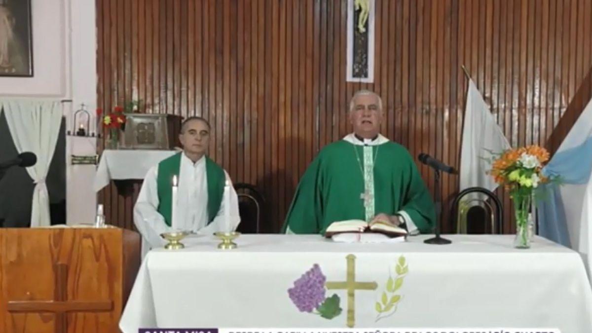Monseñor Uriona presidió la santa misa junto al padre Baumann.