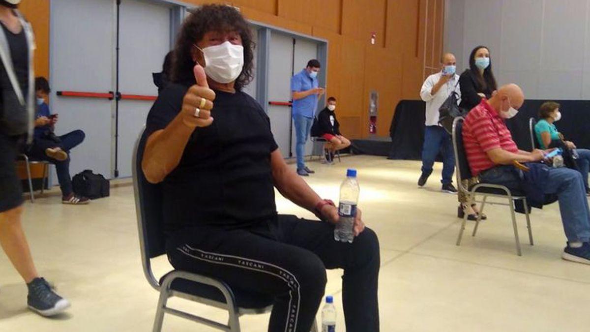 Carlos La Mona Jiménez espera su turno para recibir la vacuna contra el coronavirus. (Foto: Cadena3.com)