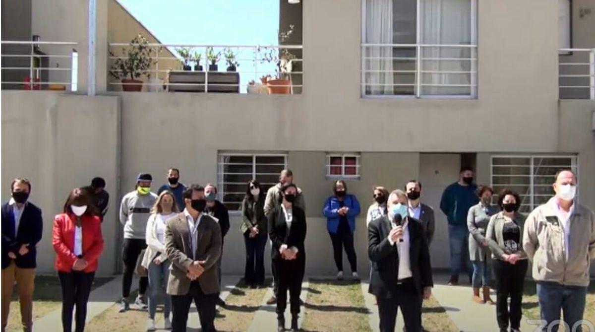Martín Gill participó hoy de la entrega de 12 viviendas en Leones