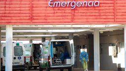 Las ambulancias ubicadas en el estacionamiento del Hospital, con personal médico ingresando al centro de salud. Llegan pacientes de toda la región al centro de salud.