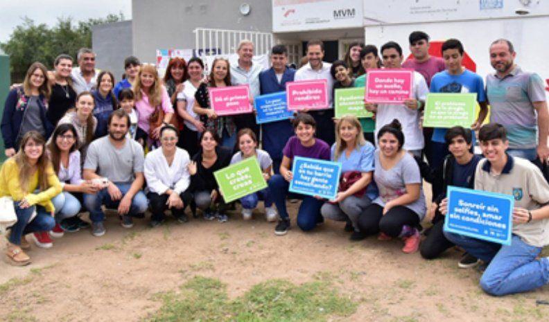 Pintando conciencia: jóvenes realizaron un mural en barrio Botta