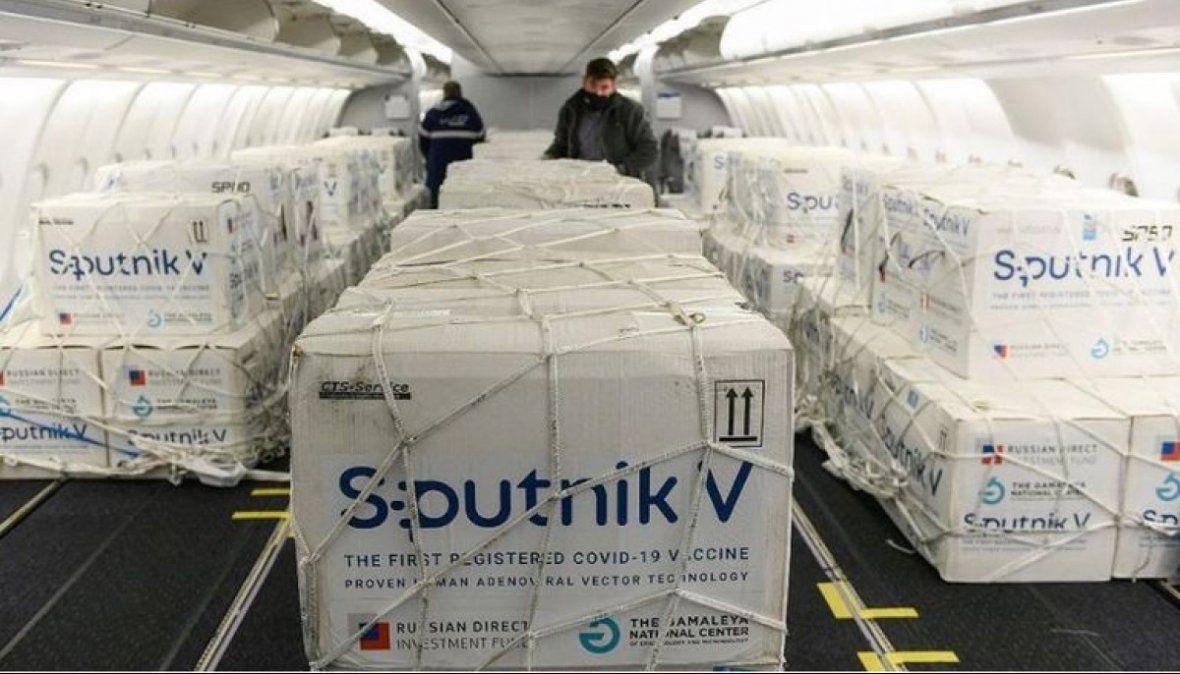 Un vuelo de Aerolíneas parte a la madrugada para traer vacunas y el principio activo para fabricarla