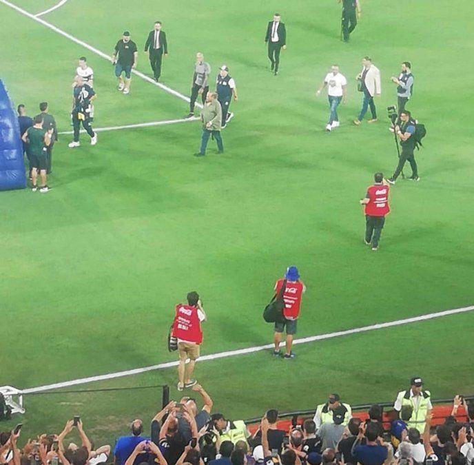 Diego Maradona rumbo al vestuario. Serían sus últimos pasos en el templo xeneize