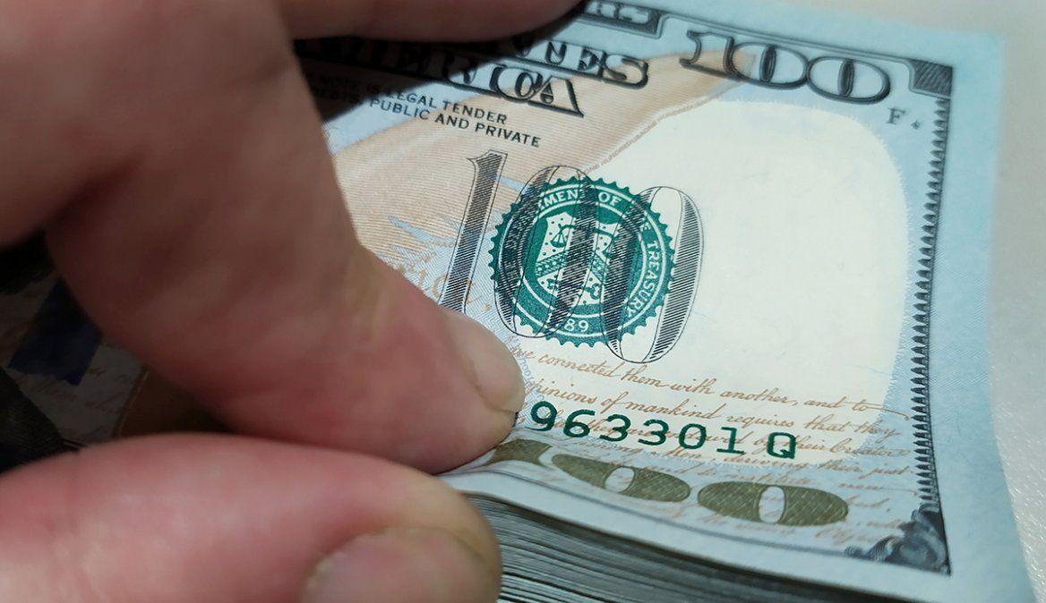 El dólar blue cayó $26 esta semana