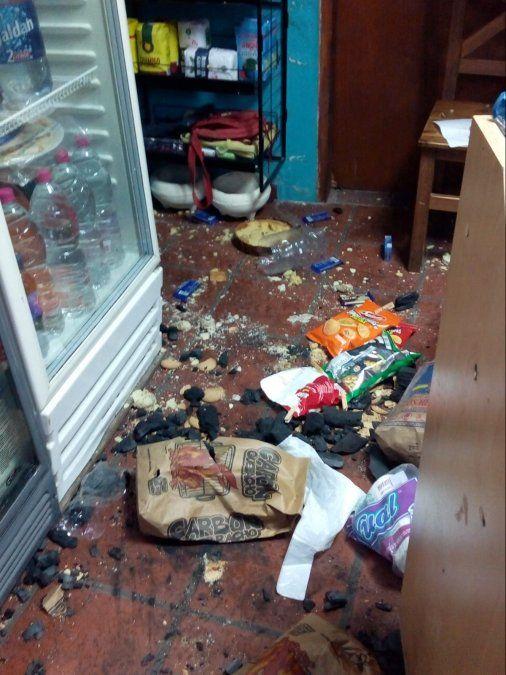 Los delincuentes provocaron importantes destrozos en el quiosco.