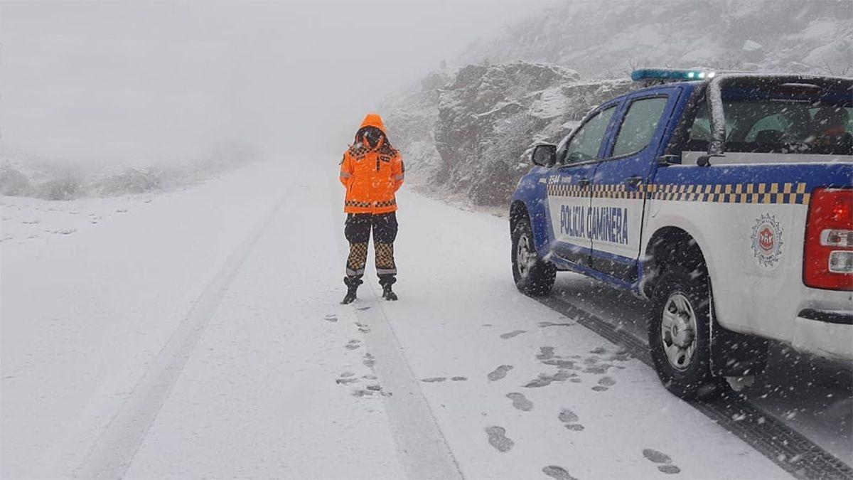 El camino de las Altas Cumbres permanece cortado por nieve.