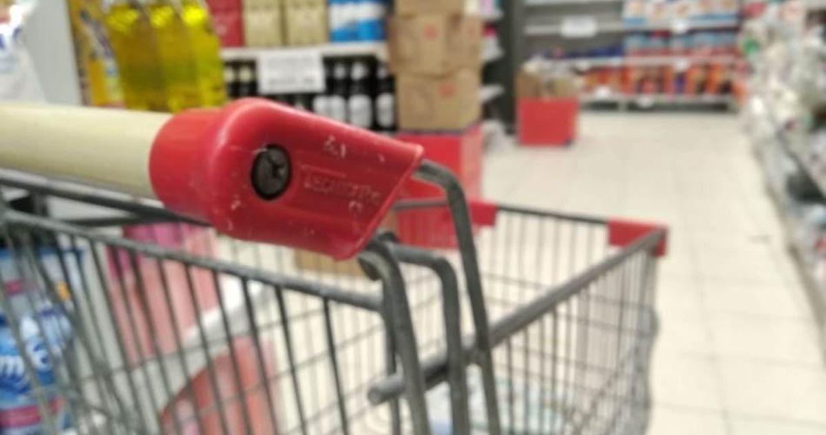 La cadena de supermercados deberá pagar 200 mil pesos por daños en perjuicio de dos clientes.