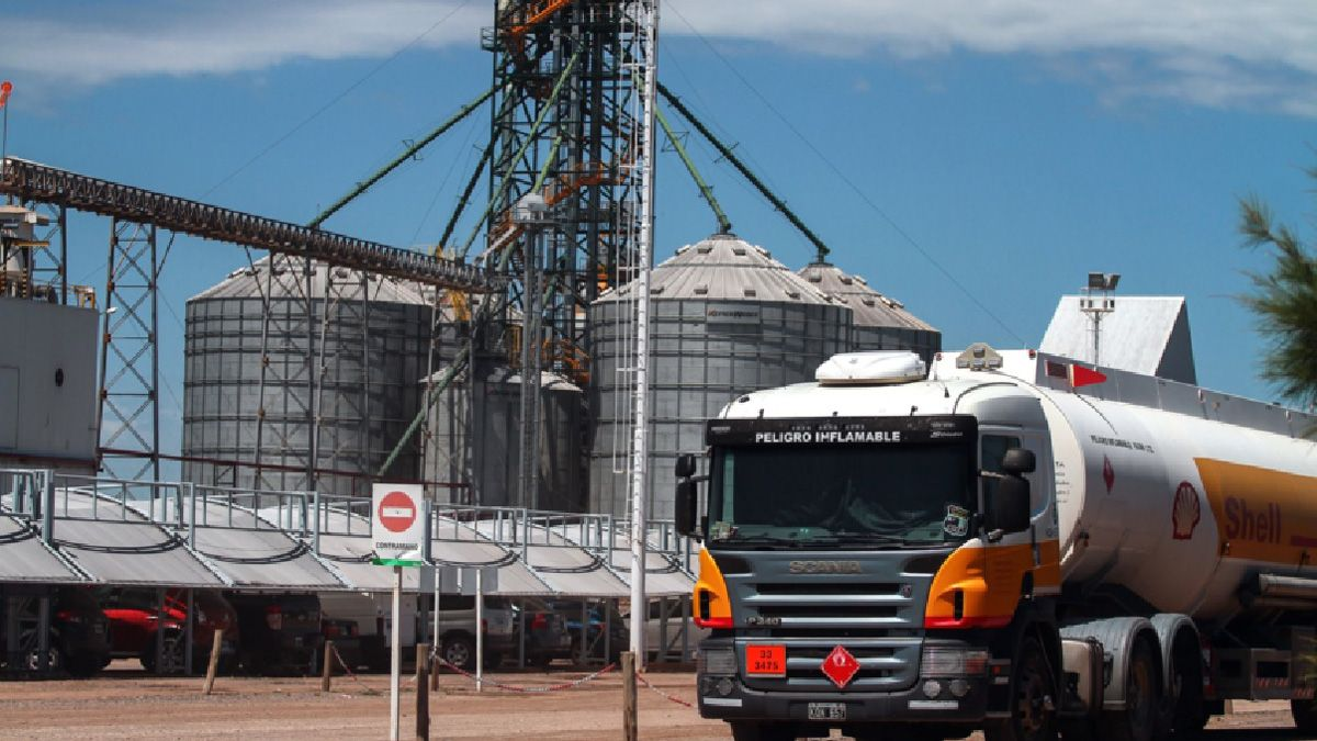 Los camiones de las petroleras retiran el alcohol en las plantas de etanol para luego mezclarlo con las naftas.