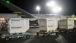 Anoche a las 20.57 arribaron al Aeropuerto de Ezeiza en el vuelo AM 30 de Aeroméxico 811.000 dosis de Astrazeneca, a las que se sumarán este lunes otras 934.200 del mismo laboratorio, de producción local y formuladas en Estados Unidos.
