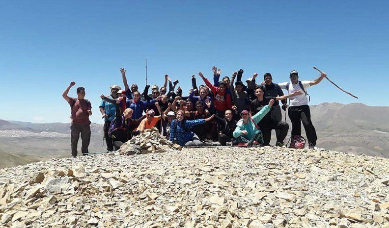 Una treintena de jóvenes escaló un cerro inexplorado y lo llamó Huinca Renancó