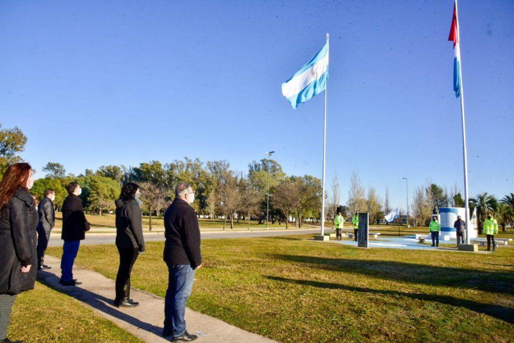 Agentes de Seguridad Ciudadana fueron los encargados de izar las banderas provincial y nacional. Luego