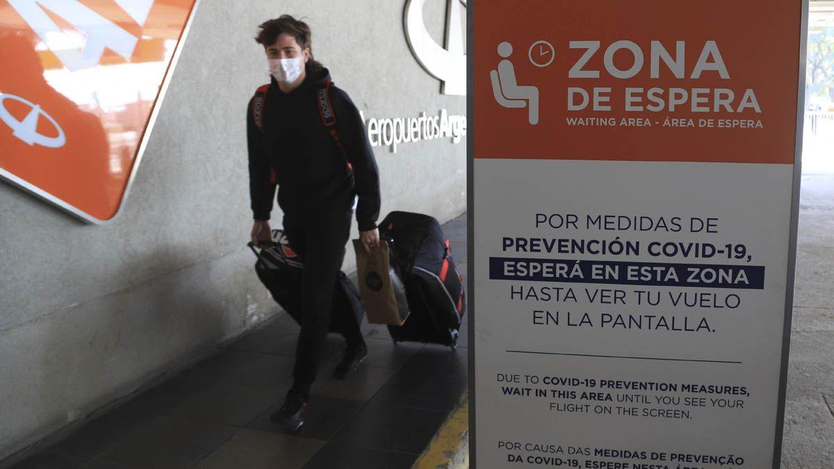 Los argentinos que regresan del exterior con dos dosis no deberán aislarse.