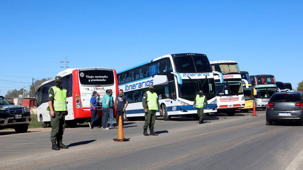La protesta de transportistas de turismo generó un caos de tránsito.