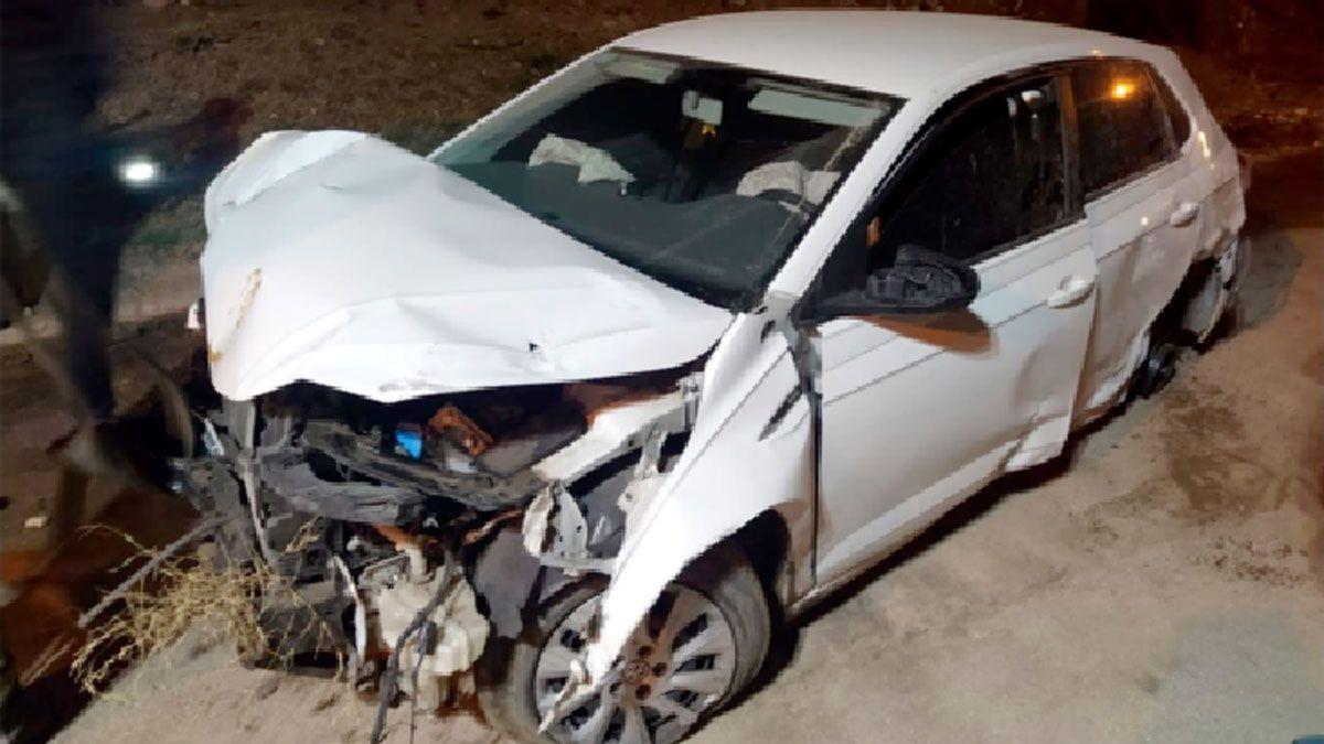 Los ocupantes del Polo no sufrieron lesiones al impactar contra el paredón de la casa de Salta al 700.