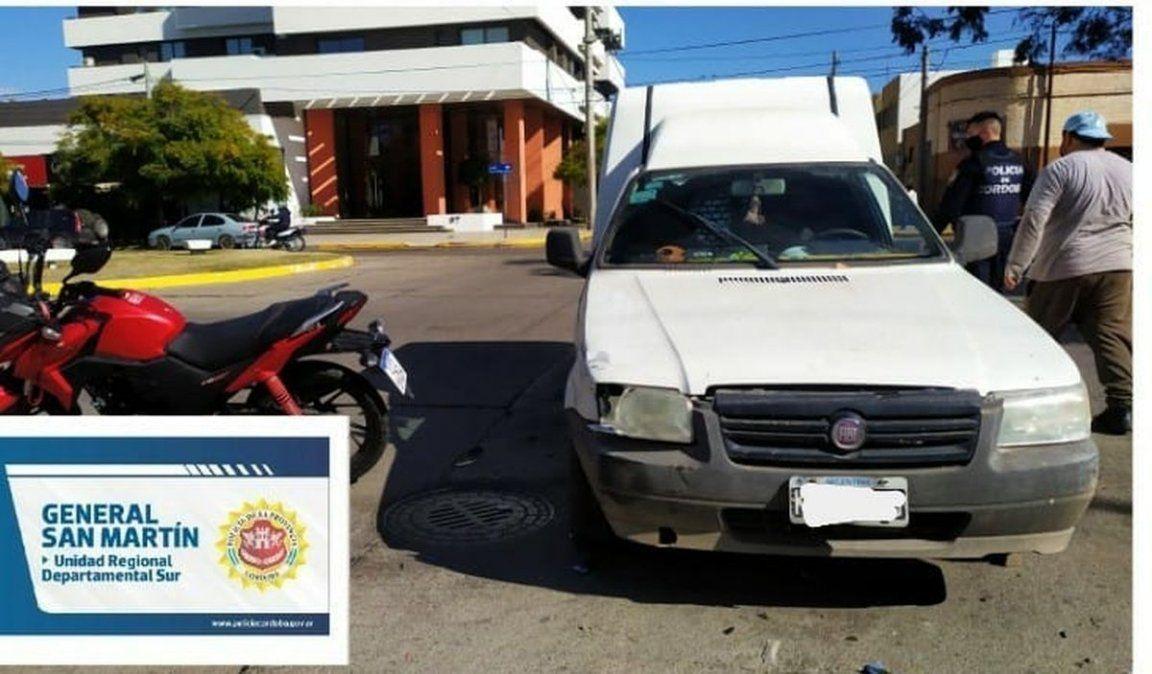 Un utilitario y una motocicleta colisionaron ayer a la tarde en bulevar Italia y calle Santa Fe.