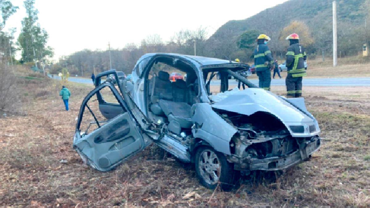 El automóvil quedó destruido como consecuencia del siniestro.