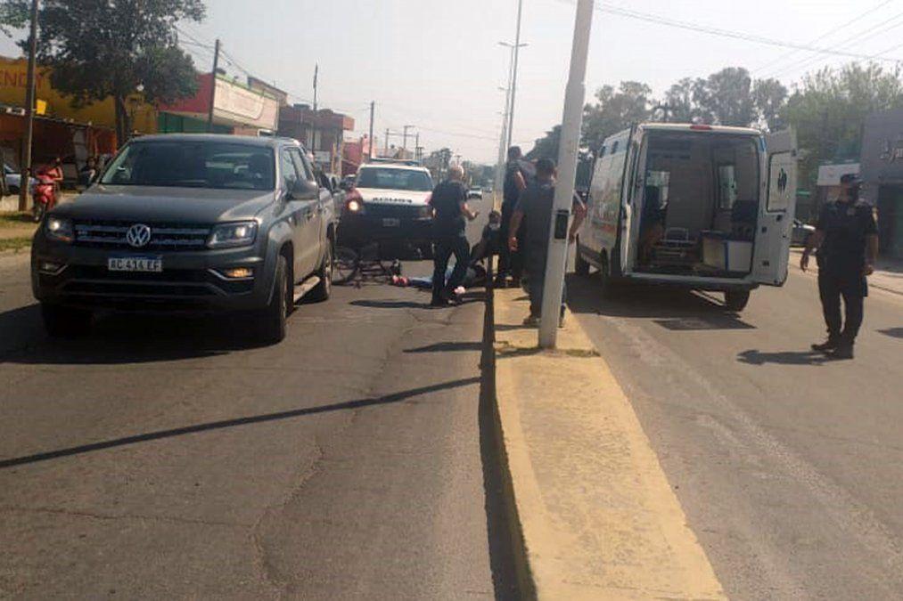 Ciclista fue embestida por una camioneta y se quebró la muñeca