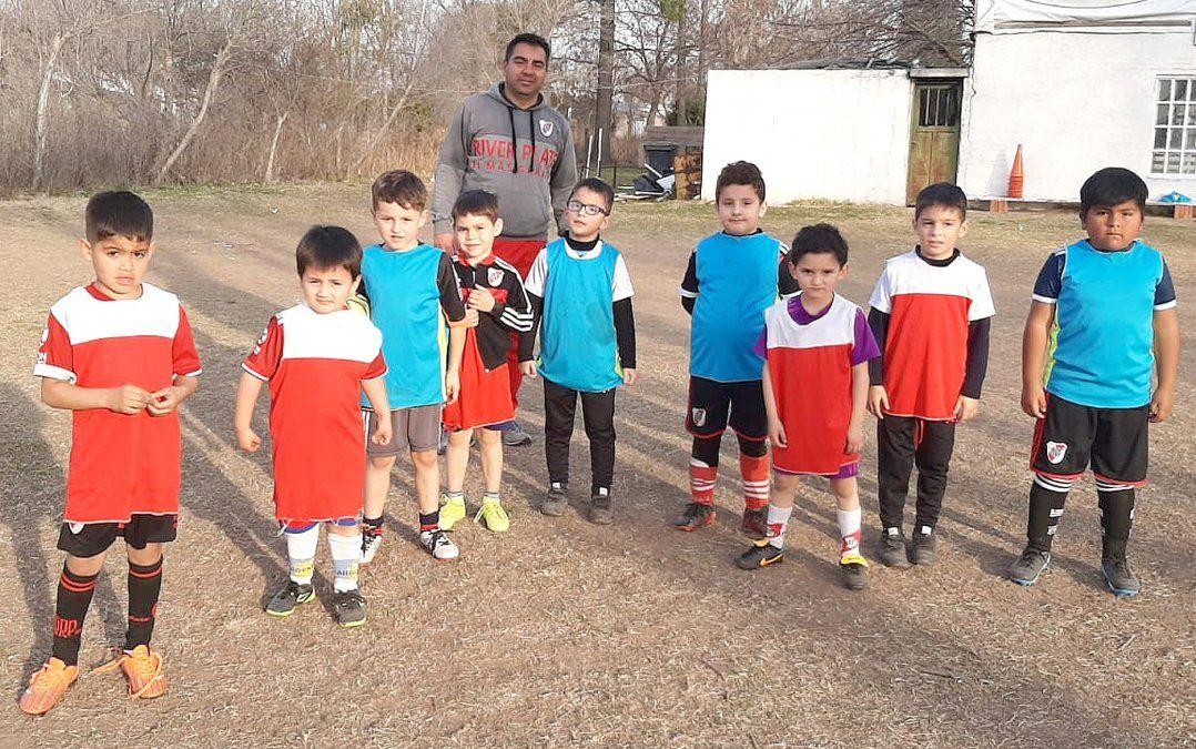 """Los más chicos de la Escuelita de Fútbol de River Plate. El profesor Ariel Palacios expresó que """"los pibes están cansados"""