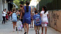 """La norma aclara también que """"en caso de adopción de personas menores de edad, la mujer adoptante computará dos años de servicios por cada hijo y/o hija adoptado y/o adoptada""""."""