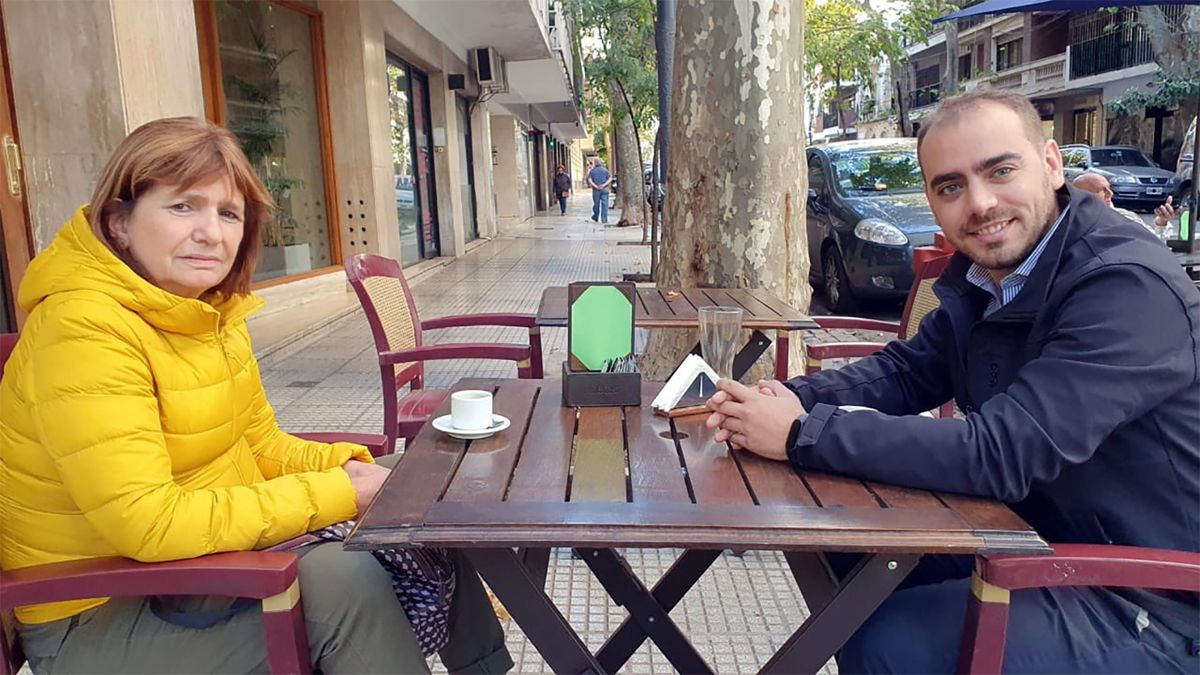 """Un sonriente Manuel Betorz en la vereda de un bar porteño con Patricia Bullrich. """"La cara de Pato es porque el café estaba frío o porque ya hacía más de 3 minutos que hablaba con Manu"""""""