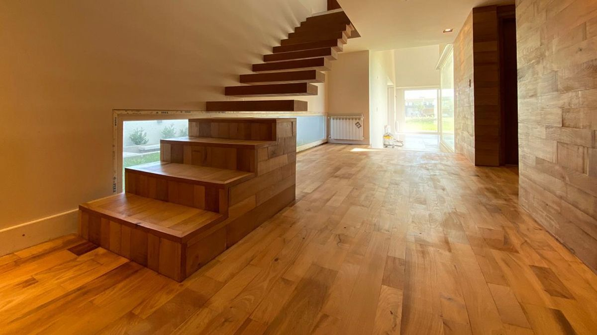 La escalera se presenta como una pieza escultórica dentro de la casa