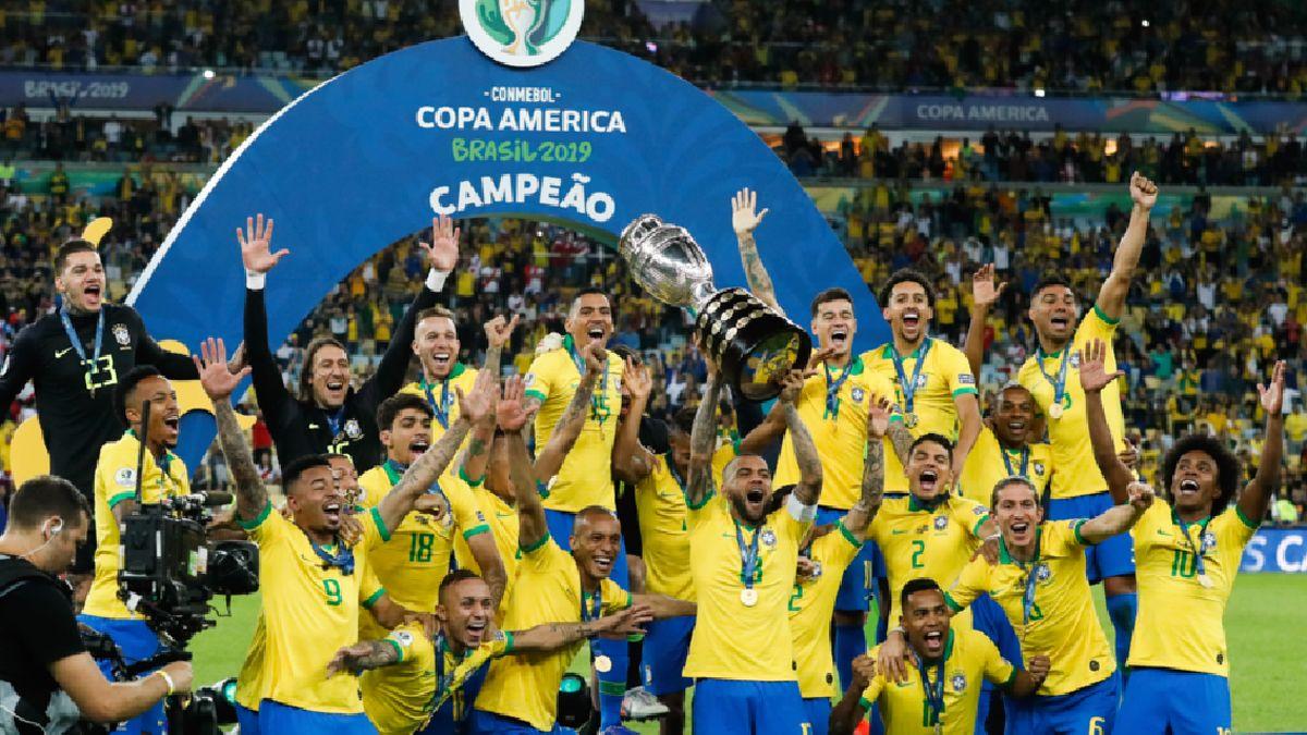 El 7 de julio de 2019 Brasil le ganaba a Perú 3 a 1 en la final. Dani Alves levanta la Copa América en un Maracaná repleto. Era el título para el Scratch.