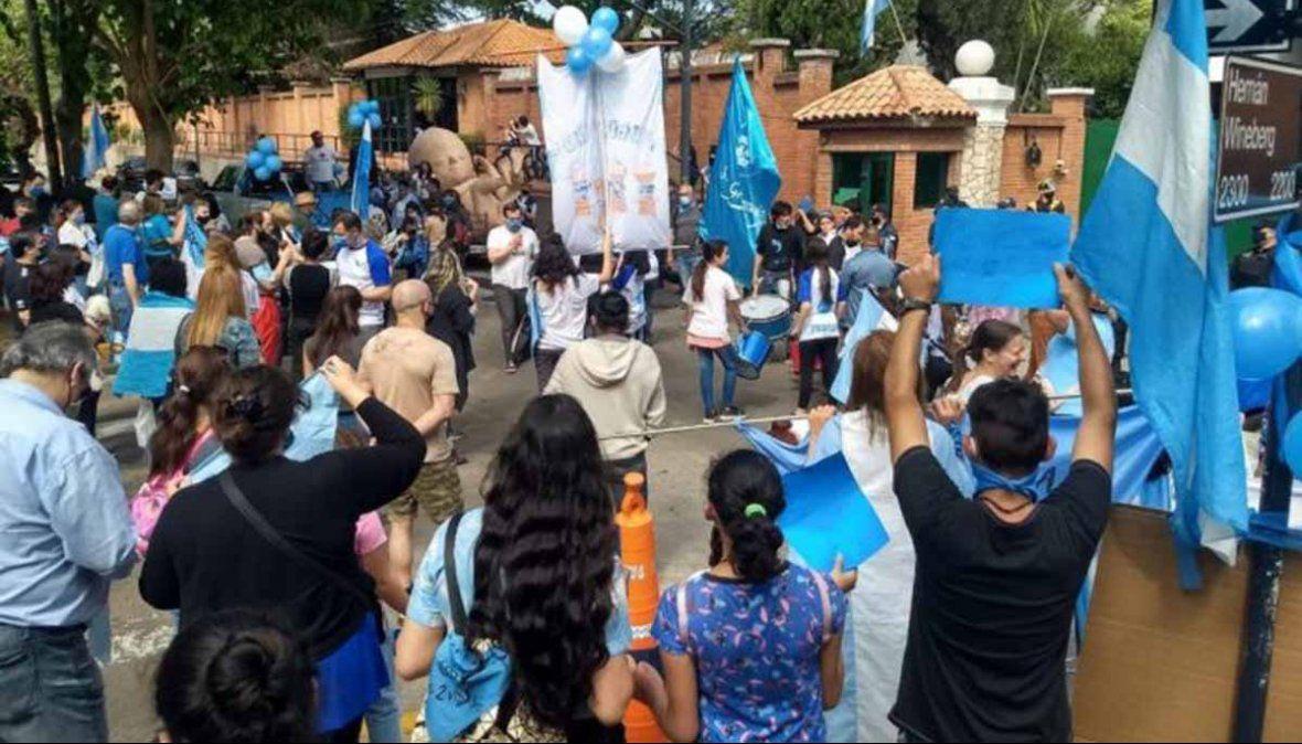 Manifestantes contra el aborto protestaron frente a la residencia presidencial de Olivos