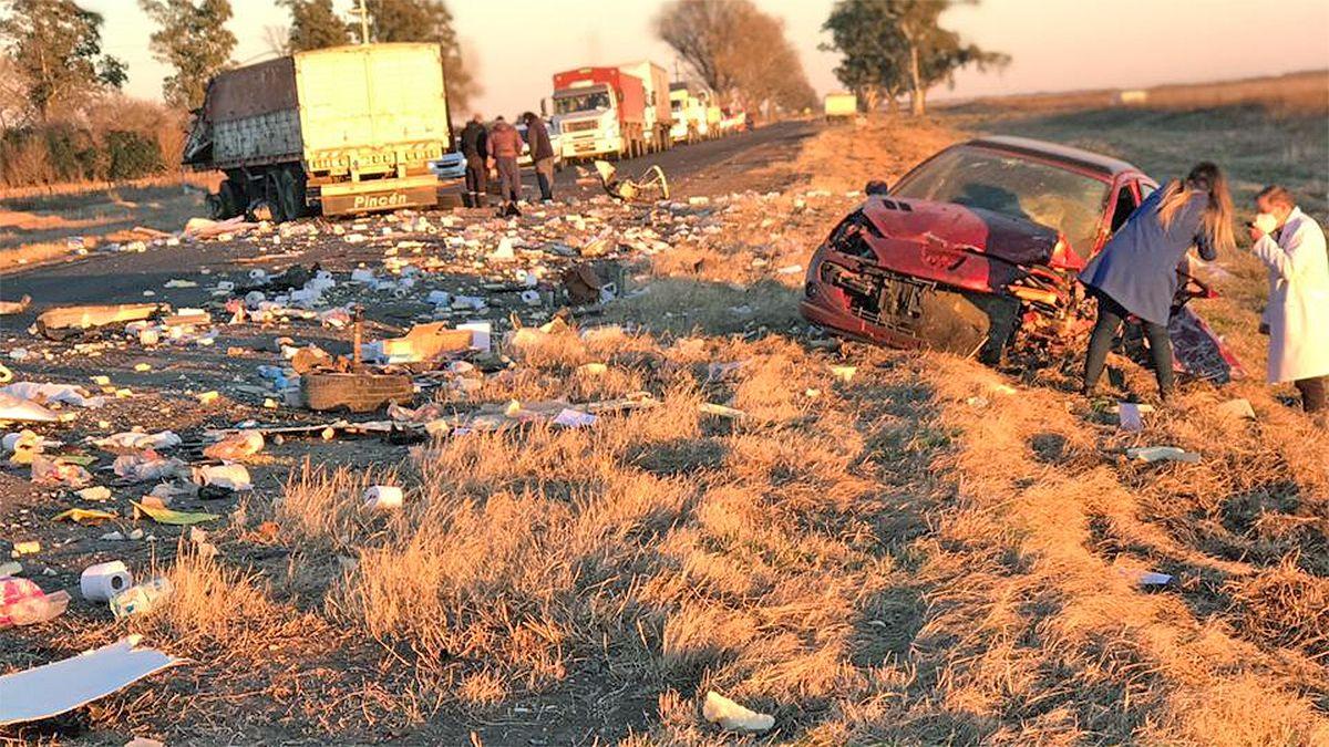 La mercadería que llevaba el camión quedó esparcida en la banquina norte de la ruta 8.