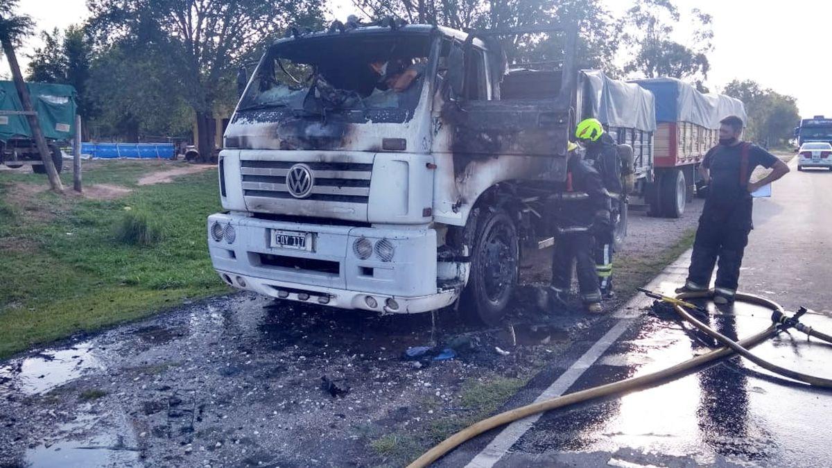 El camión quedó envuelto en llamas en el sector de la cabina.