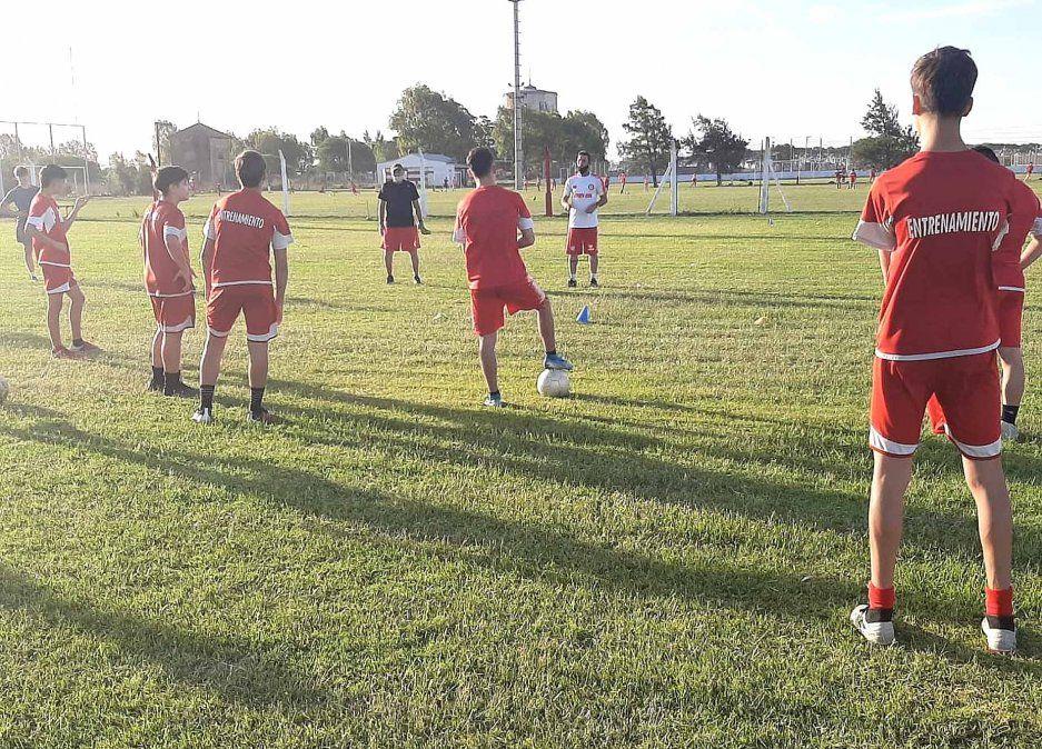 Volver a entrenar. Héctor Machado y David Reano dialogan con los jugadores de categoría 2004. Alumni insistió y trabajó para contener a sus pibes en el club.