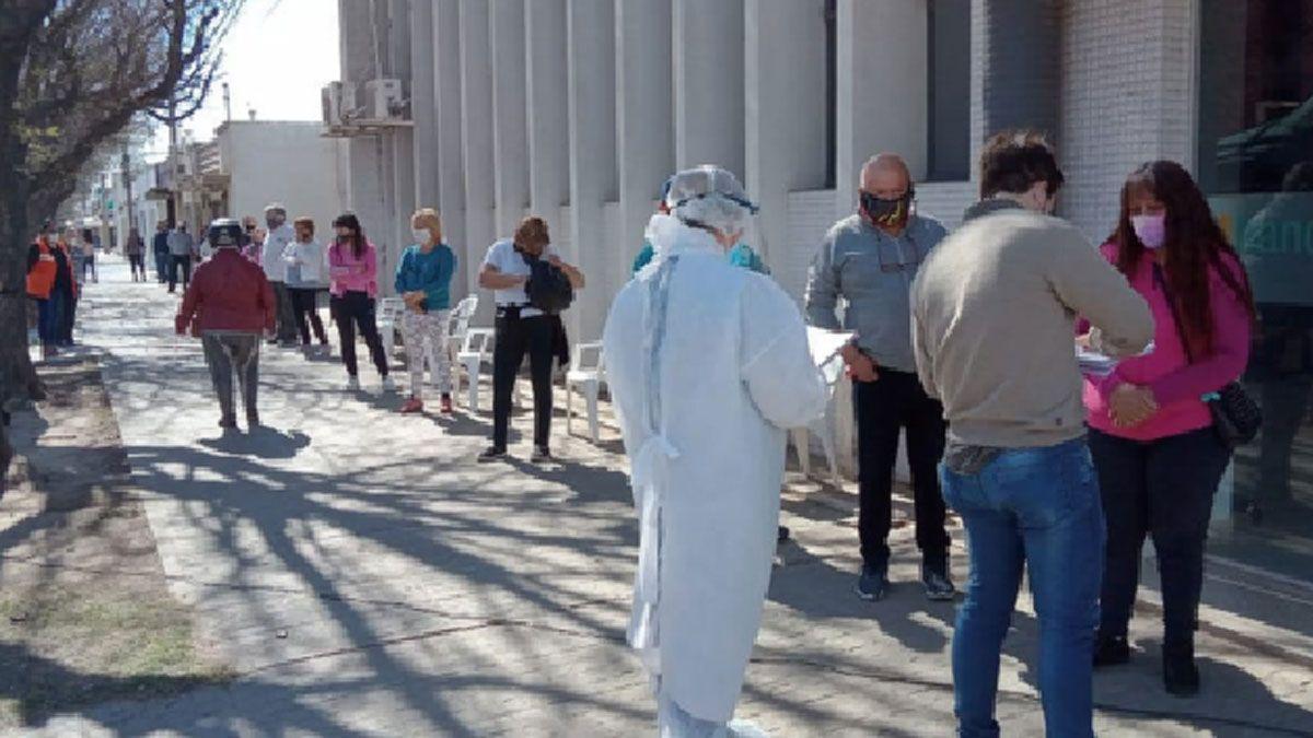 La larga fila de vecinos que acudieron a realizarse los testeos rápidos en el puesto disponible en el centro de General Deheza