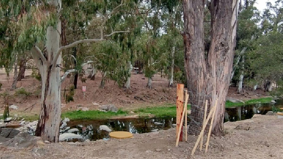 """Durante el fin de semana la tranquera """"fue abierta"""" para permitir el paso por el camino que transcurre a la vera del río."""