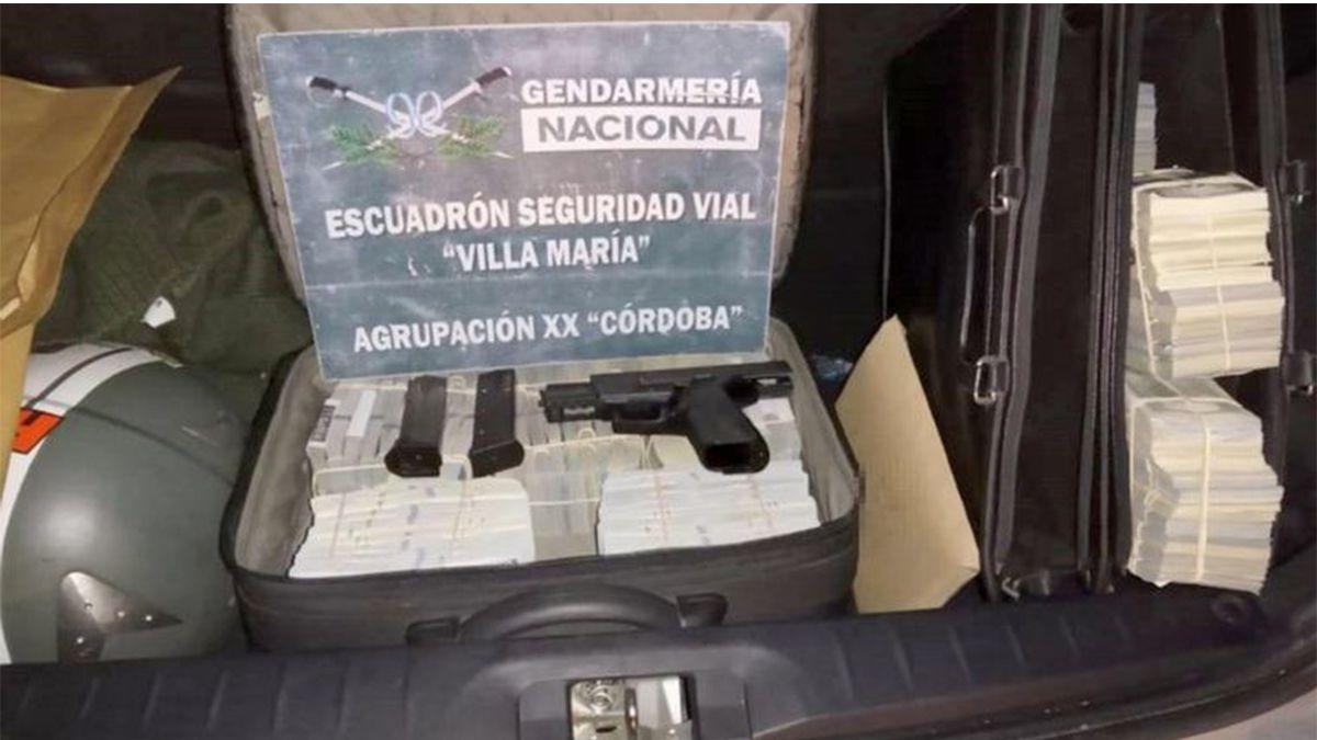 Efectivos del Escuadrón Seguridad Vial Villa María en el kilómetro 588 de la Autopista Rosario-Córdoba