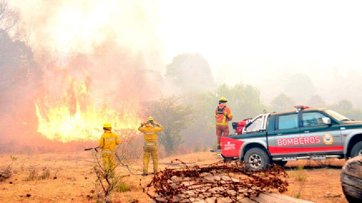 Unos 150 bomberos trabajaron ayer en los distintos frentes de fuego en las sierras de Comechingones.
