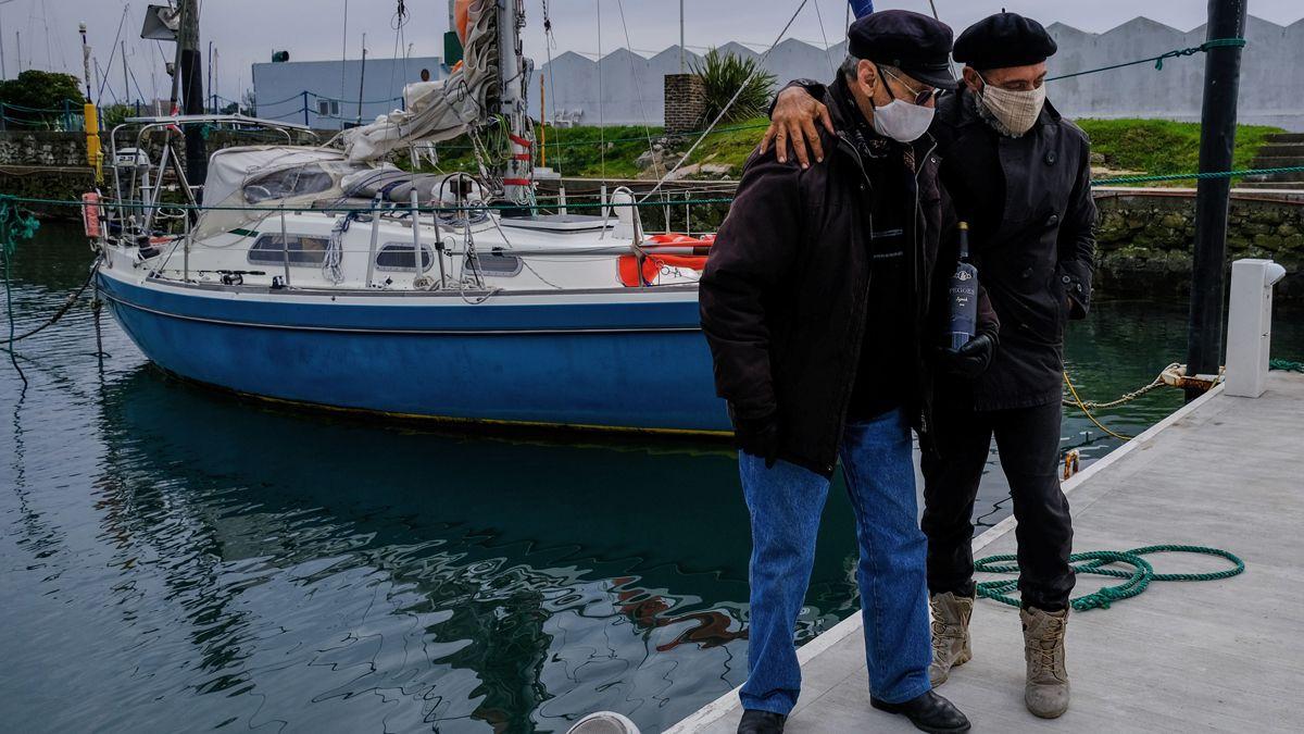 Juan Manuel Ballestero al bajar de su velero y poder saludar a su papá de 90 años por el Día del Padre.