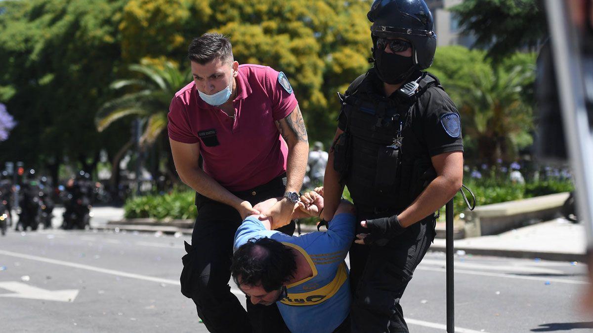 Incidentes entre la policía y la gente que quiere entrar al perímetro de Casa Rosada.