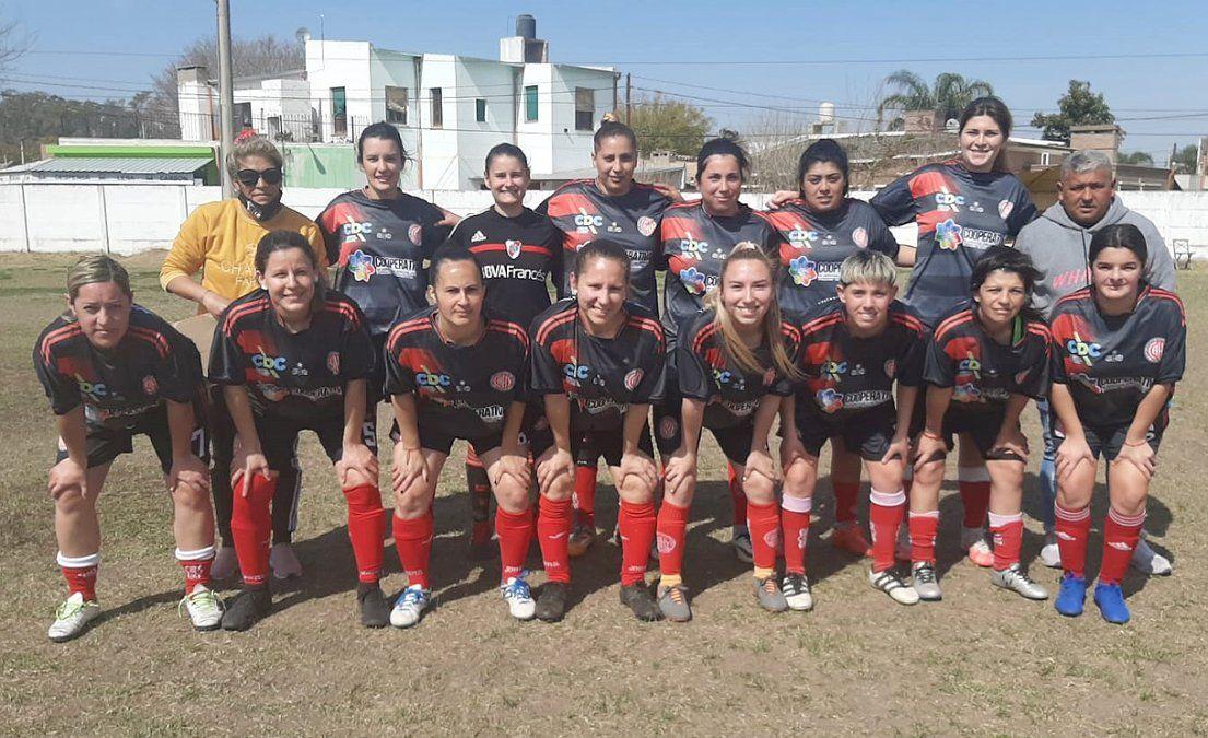 "El plantel de Hipólito Yrigoyen. En ""La Caldera"" tiopujiense golearon 3-0 a San Lorenzo."