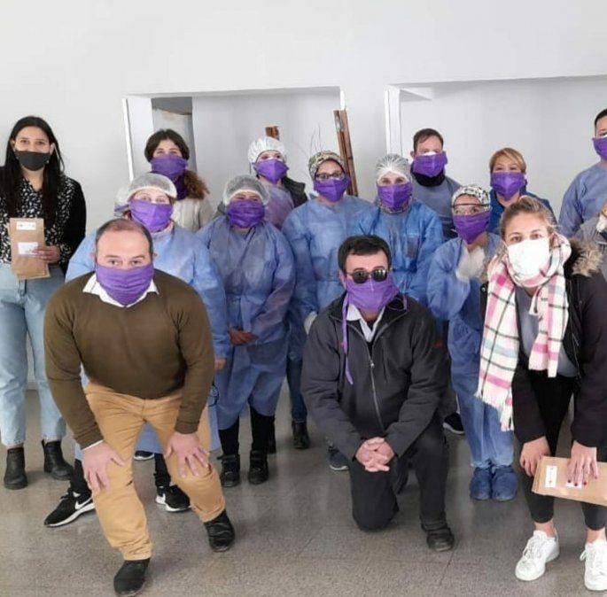 En la UTN se entregaron barbijos violetas en el marco del aniversario del Niunamenos.