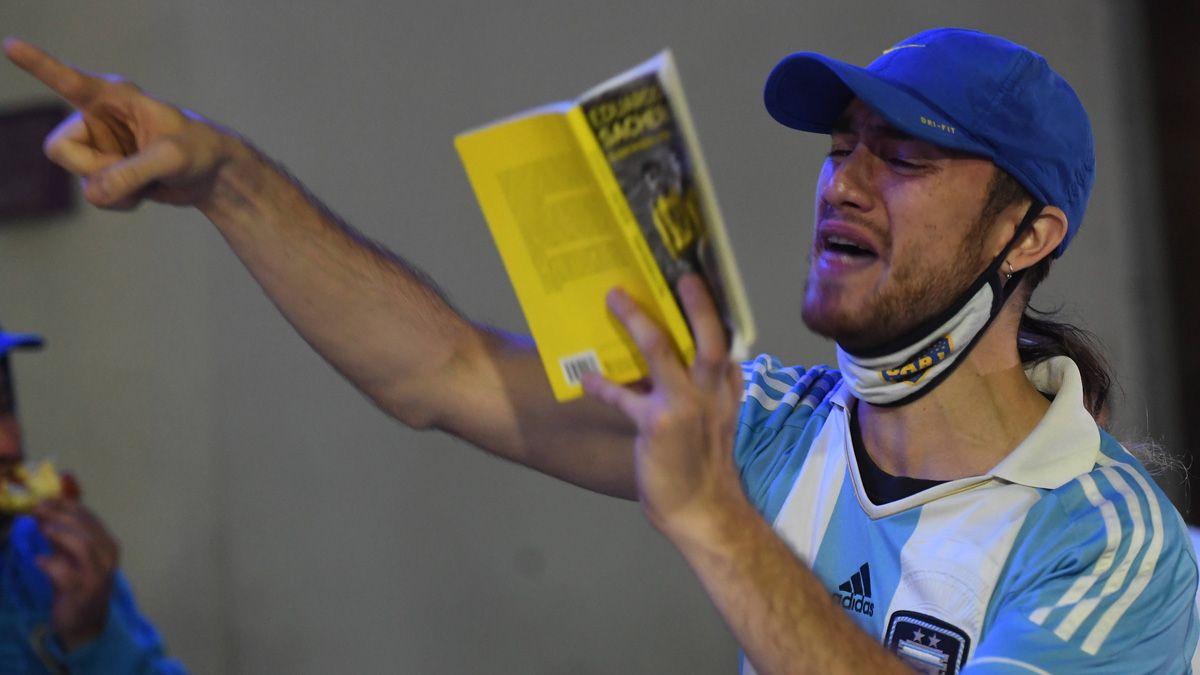 Maradona recibió el aliento de los hinchas en las puertas de la clínica.