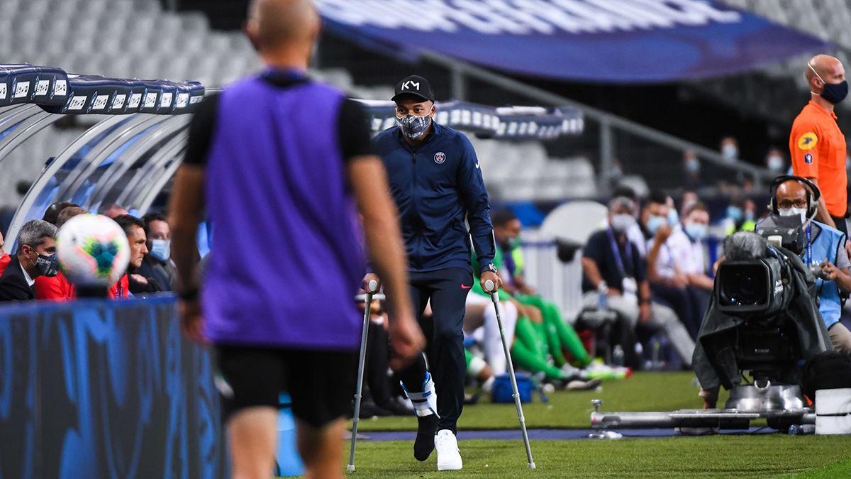 Mbappé tuvo que recurri a las muletas para terminar de ver el encuentro de su equipo por la Copa de Francia