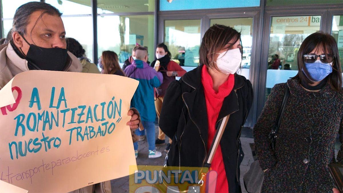 Docentes autoconvocados protestaron este lunes frente al Centro Cívico.Foto: Puntal AM!